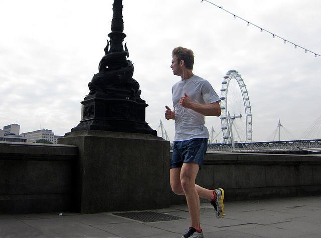«Книга «Бегайте быстрее, дольше и без травм» поможет новичкам осмысленно подойти к технике бега и избежать травм». Источник.