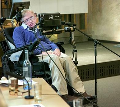 Стивен Хокинг делает сенсационное заявление на конференции по излучению Хокинга, Стокгольм, 2015 — источник.