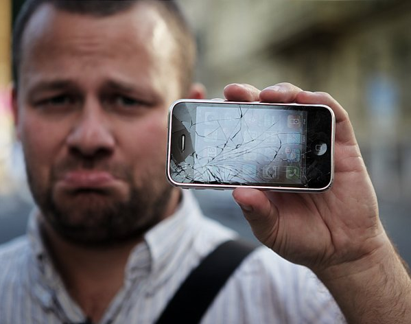 Замена экрана смартфона обойдётся в пять-семь раз дешевле нового устройства. Источник.