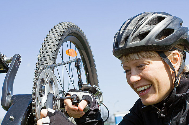 Даже замена велосипедной камеры может стать радостным переживанием успеха. Источник.