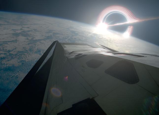 Черная дыра Гаргантюа, частично скрытая планетой Миллер; на переднем плане — модуль «Рейнджер», идущий на снижение. Иллюстрация из книги «Интерстеллар. Наука за кадром»