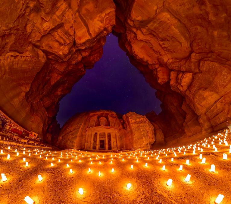 Петра — город, высеченный в скалах Аравийской пустыни. Иллюстрация из книги «AirPiano. Мир с высоты»