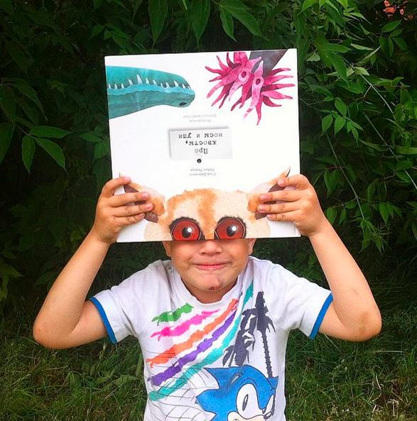 Любознательный и очаровательный читатель. Книга «Про хвосты, носы и уши» пришлась ему в самую пору :) . Автор — utka_mary источник