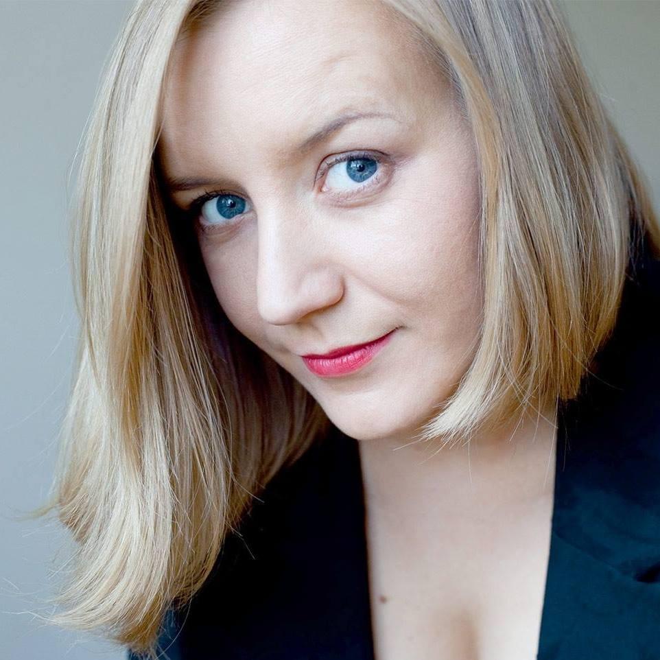 Анна Шарлай — дизайнер образов и психолог, автор курса для профессиональных стилистов, вебинаров по гардеробу, стилистике и психологии стиля. Автор книги «Стильное путешествие налегке».