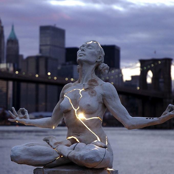 Пэйдж Бредли создала удивительную структуру и назвала ее «Расширение». Сквозь расколотое тело пробивается свет. Потрясающая задумка!  — источник
