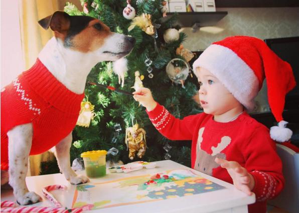 Очаровательная малышка и ее хвостатый друг уже готовы к Новому году. Фото @evrub
