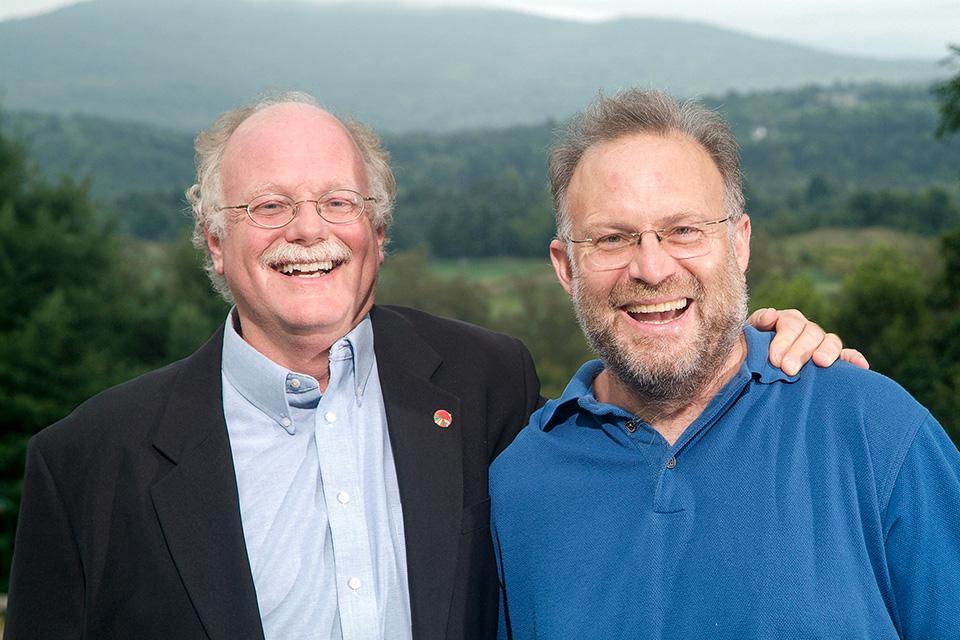 Джерри Гринфилд и Бэн Коэн, основатели компании мороженого «Ben & Jerry's». С них-то все и началось, — источник.
