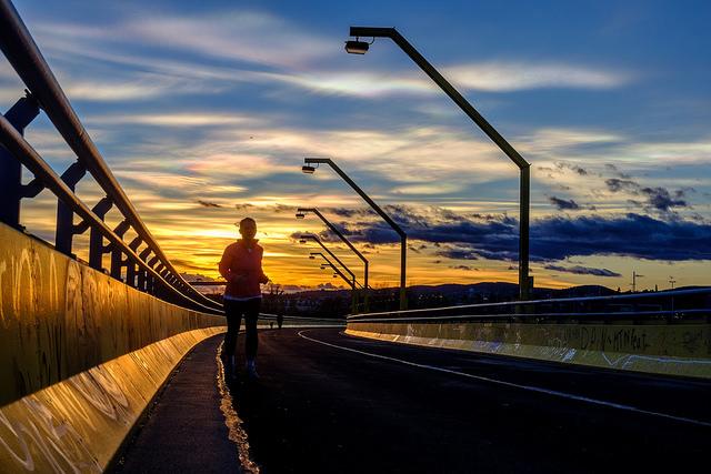 Вечернаяя пробежка — прекрасный способ отдохнуть от рабочей рутины и проветрить голову. Источник.