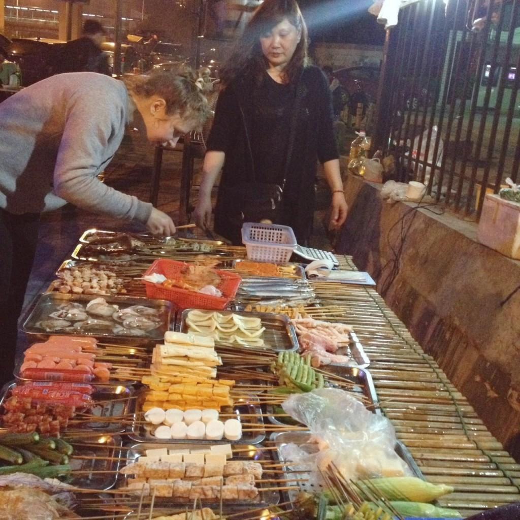 Выбранные овощи и мясо при тебе жарят на мангале