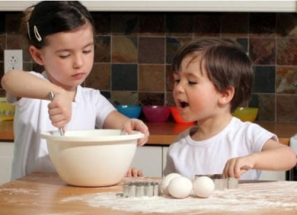 Дети помогают на кухне