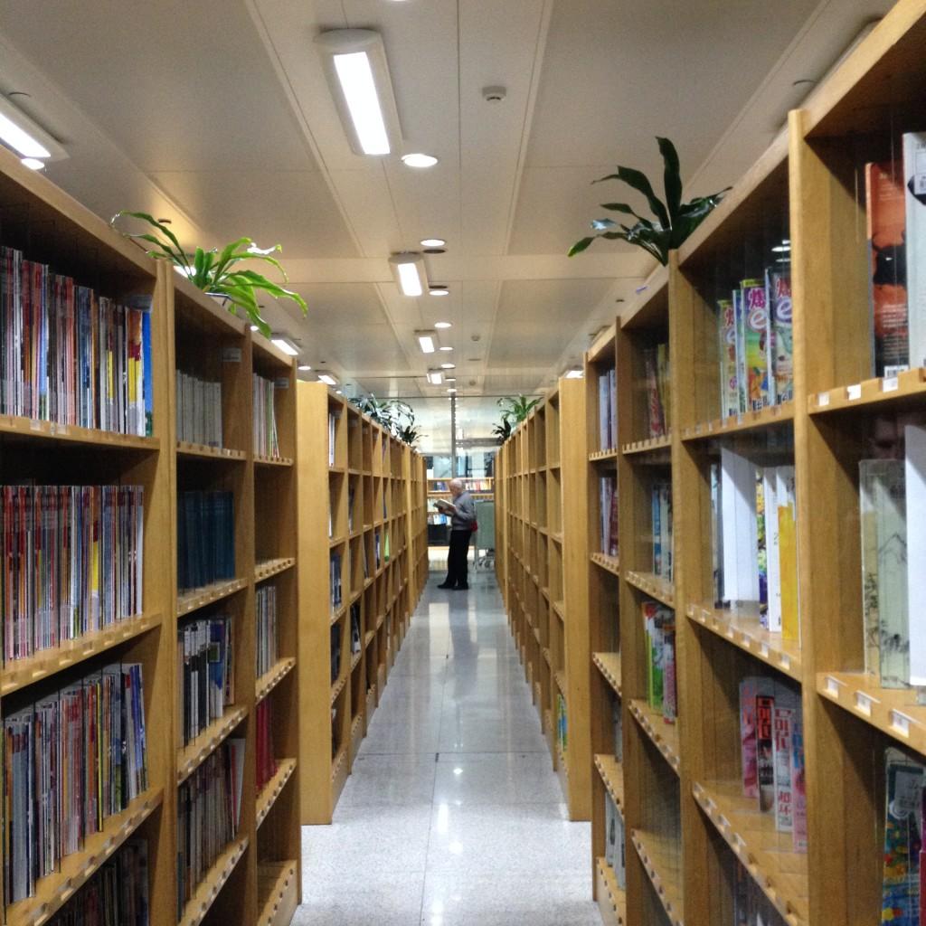 Полки с огромным количеством китайских журналов