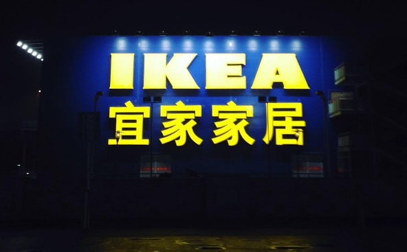 В Китае привычные вывески также переведены на китайский язык