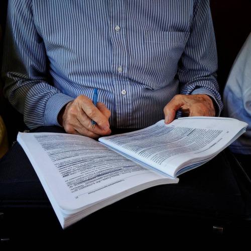 мужчина читает