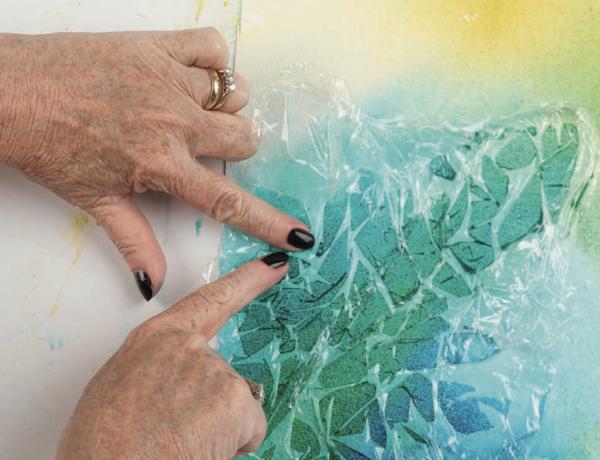 Для создания текстуры можно использовать пищевую пленку. Приложите ее к листу в изогнутом виде либо прижмите пальцами