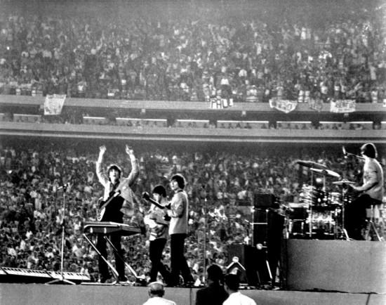 Концерт на стадионе Shea Stadium перед 55 000 зрителей, 1965 год. Беспрецедентное событие для того времени, - источник