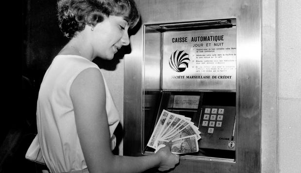 Первый банкомат появился в 1967 года в Лондоне. Источник.