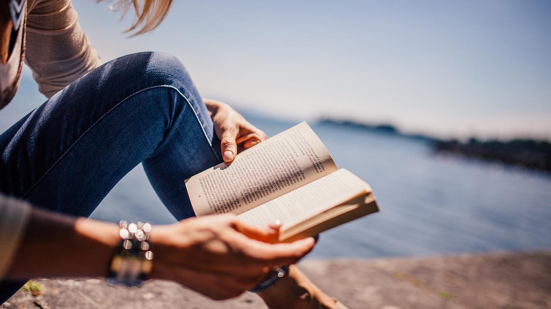 Фото парень с девушкой читают