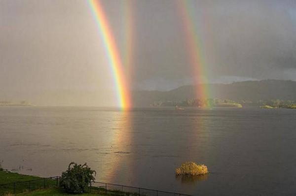 Тройная радуга. Подлинная фотография или фотошоп? Судя по словам Уолтера Левина, второе. В любом случае, выглядит завораживающе, — источник.
