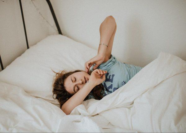 Если вы не можете заснуть, потому что мозг перепутал день с ночью и у вас в голове крутится множество мыслей, постарайтесь, по крайней мере, сосредоточиться на чем-то приятном, не требующем больших затрат мыслительной энергии.