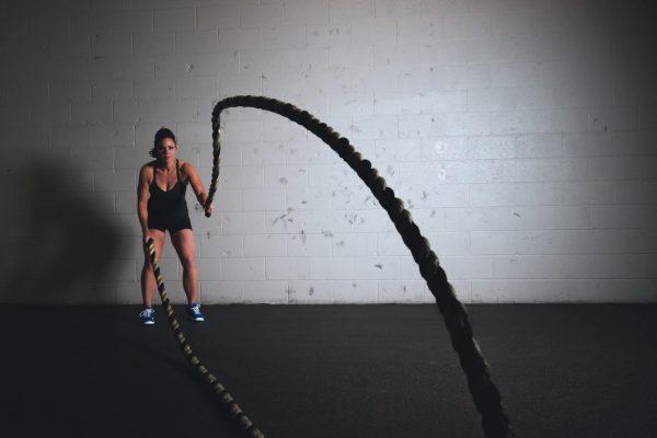 Кардиотренировки и силовые нагрузки прямо воздействует на физические и эмоциональные симптомы стресса