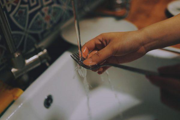 Я уделяю время каждой тарелке, полностью осознавая и ее, и воду, и любое движение рук