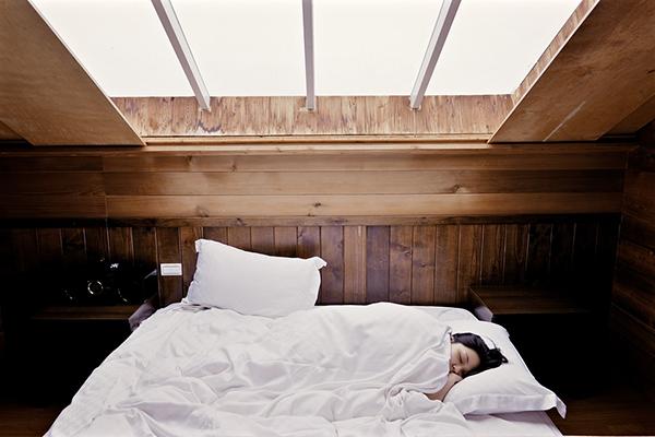 Если вы хотите, чтобы ваш мозг оставался на пике физической и умственной активности, обязательно спите не меньше восьми часов каждую ночь или хотя бы бóльшую часть ночей