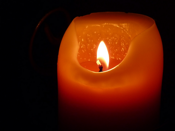 Прикрепите свечу к стене