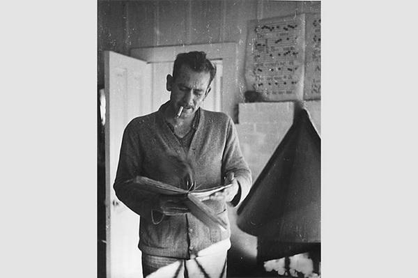 Американский писатель Джек Керуак писал литературные заметки в карманных блокнотах и толстых тетрадях с мраморной обложкой.