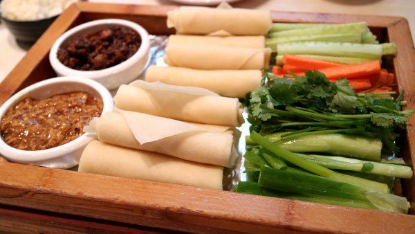 Роллы с кабачком и хумусом