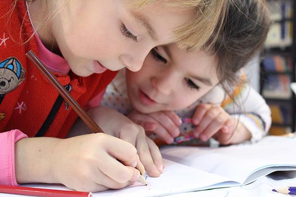 Умение ладить со сверстниками сильно облегчит ребенку учебный процесс