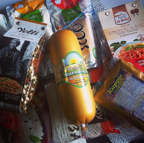 После похода в продуктовый магазин. Вегетарианская колбаса у нас по праздникам, для «Оливье» на Новый год