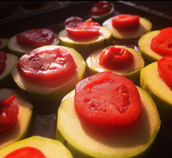 Одно из моих любимейших блюд — кабачок и томаты под сыром. Запекать в духовке без масла