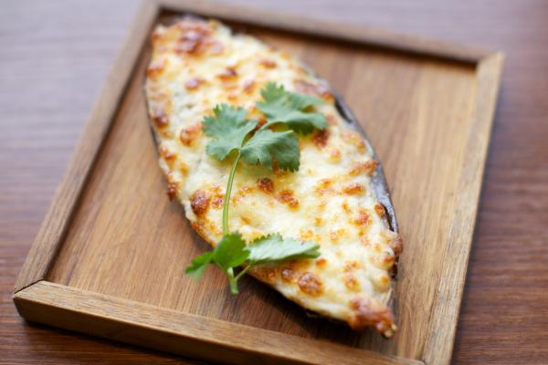 Ломтики баклажана посыпьте сыром
