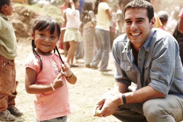 Адам Браун помог миллионам детей по всему миру. А история началась с маленького мальчика, который очень хотел карандаш