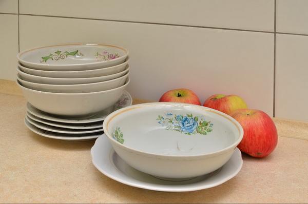 Столовые тарелки: целые, но немодные.