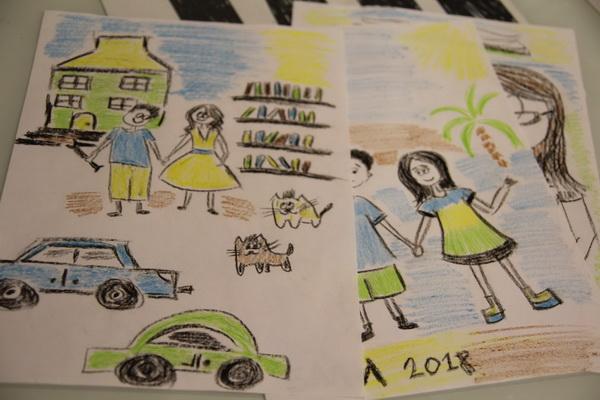 У меня всего пять восковых мелков, поэтому все рисунки в сине-желто-зеленой гамме.