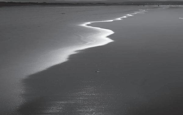 Граница между морем и песчаным берегом — доминирующая диагональ, которая проходит сквозь весь кадр, уводя за собой взгляд зрителя