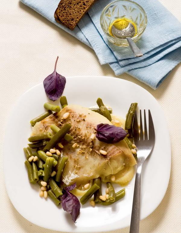 Рыба в белом вине и салат из зеленой фасоли