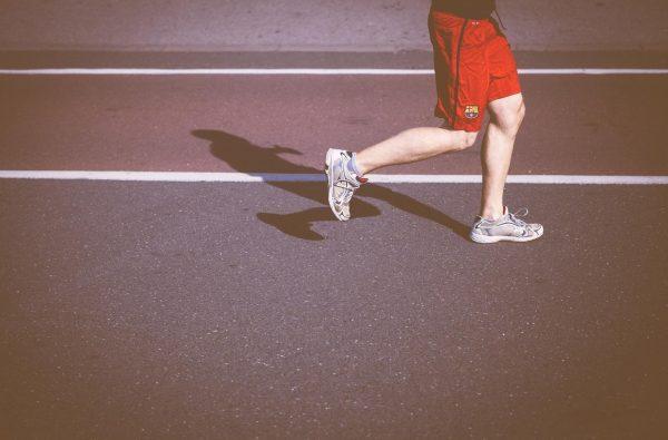 Занимающиеся спортом люди менее склонны к неврозам и резким перепадам настроения, легче переносят стрессы, более жизнерадостны. Важно, что занятия спортом дисциплинируют, расширяют кругозор и гарантированно снижают количество вредных привычек.