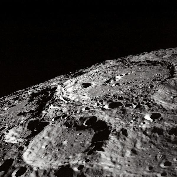 На небе не заметно звезд, потому что большинство снимков были сделаны во время лунного дня (иначе бы нам не было видно астронавтов).