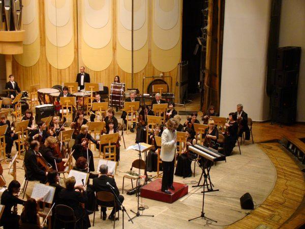 Между управлением оркестром и офисным коллективом много общего