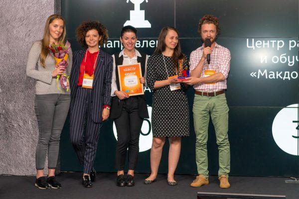 Татьяна Тангишева (справа) с коллегами на церемонии вручения премии Trainings 2017 в номинации «Корпоративный университет года и лучший эйчар-отдел 2017».