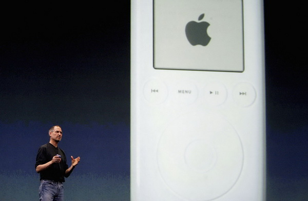 Стив Джобс впервые демонстрирует iPod