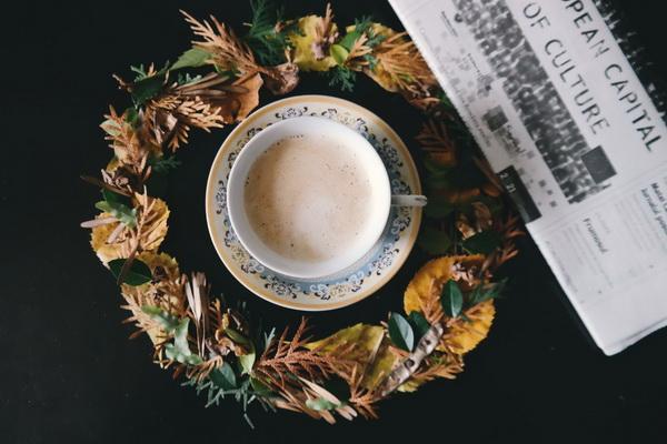 Венок из листьев — необычное украшение для стола или двери