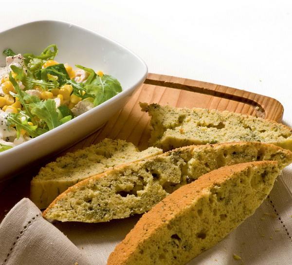 Кукурузный хлеб с зеленью и куриный салат с кукурузой