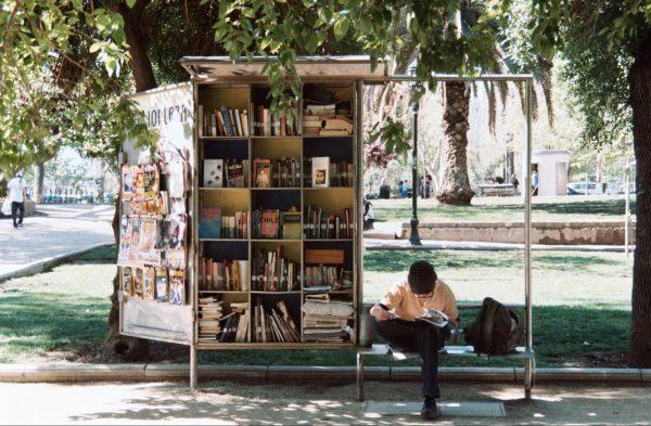 Читайте книгу, сидя в очереди или ожидая автобус