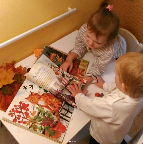 Эта книга откроет вашему ребенку поэтически одухотворенный мир природы: ракушки в песке и сияющие звезды на небе, белки, утки и мотыльки, приготовление ягодного пирога и угощения для птиц.