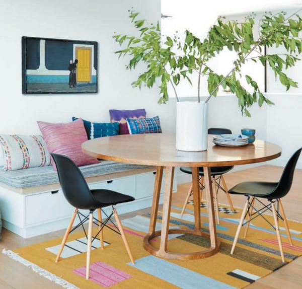 Просто оформленный стол становится привлекательнее благодаря стоящей рядом банкетке, которая совмещает в себе функции дополнительного сидячего места и шкафа для хранения салфеток, тарелок и сервировочных принадлежностей.