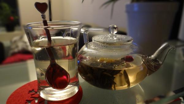 Комбинация кофеина и L-теанинов, содержащихся в зеленом чае, в целом повышает активность работы мозга.