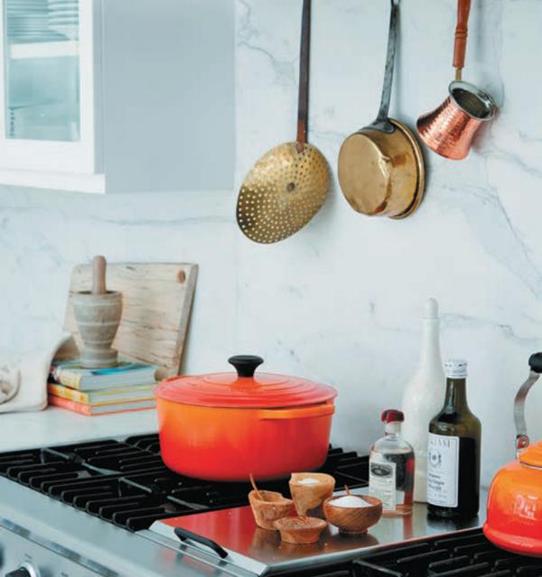 Поставьте на плиту эмалированные чугунные кастрюли. Они бывают почти любых цветов, и их можно постоянно держать на виду, чтобы воспользоваться ими в любой момент (а еще их легко мыть!).
